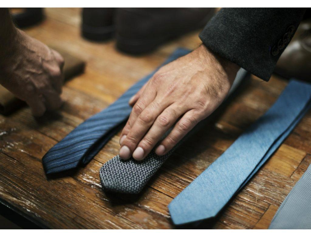 poslovni muškarci biraju kravate