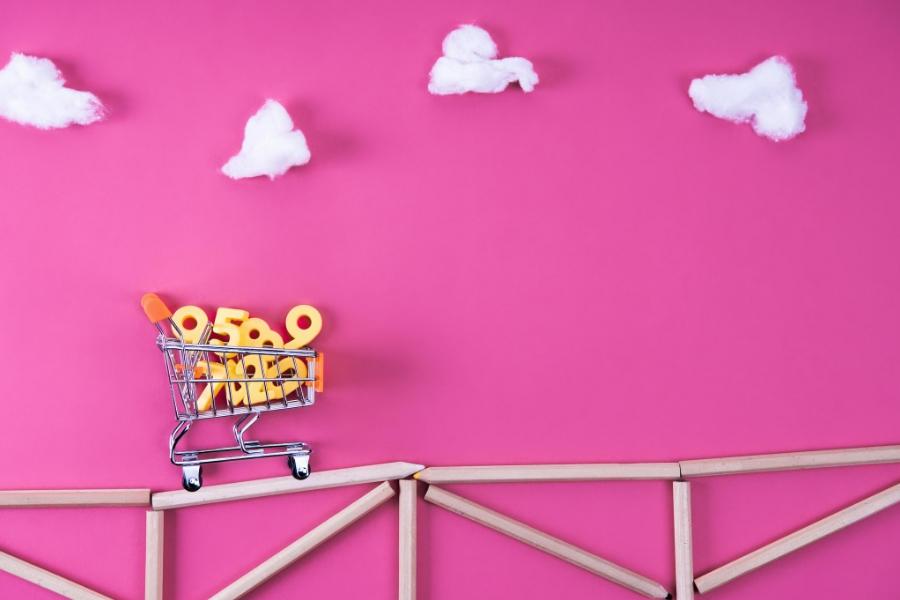 kolica za kupnju prevoze brojke, ilustracija. roza pozadina